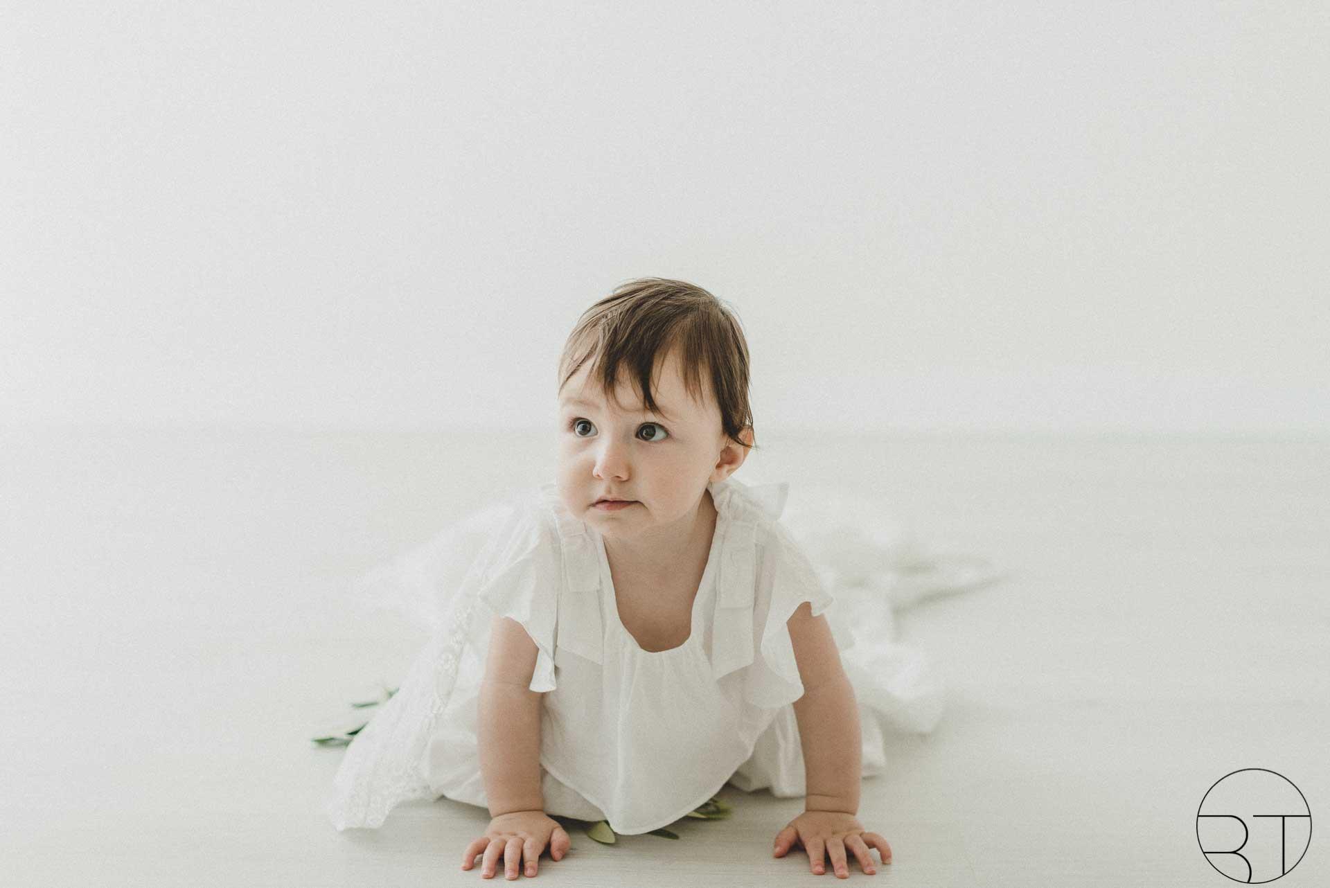 Servizio fotografico newborn bimba con frangetta realizzato da Barbara Trincone Fotografo specializzato in Gravidanza, Maternità, Genitorialità, Nascita e Newborn a Napoli, Avellino, Salerno, Caserta
