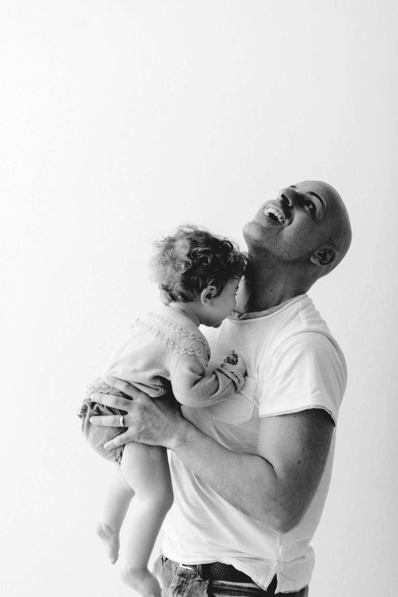 Fotografia bimba capelli ricci con papà realizzato da Barbara Trincone Fotografo specializzato in Gravidanza, Maternità, Genitorialità, Nascita e Newborn