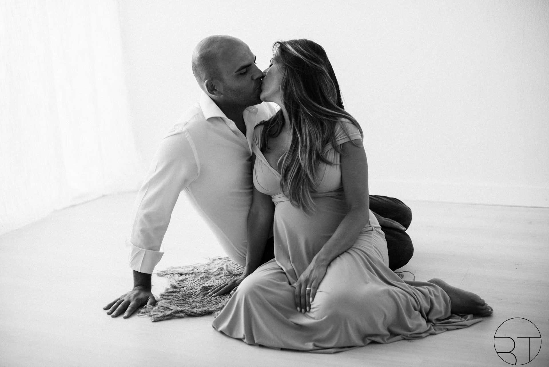 Fotografia coppia che si bacia seduti realizzata da Barbara Trincone Fotografo specializzato in Gravidanza, Maternità, Genitorialità, Nascita e Newborn a Napoli