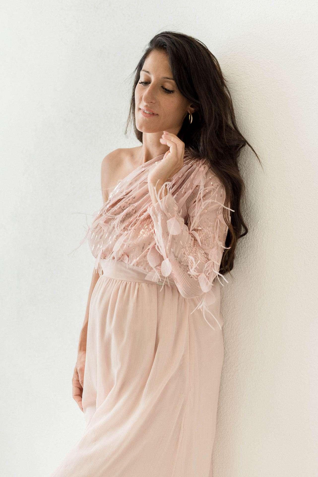 Fotografia premaman donna in abito rosa realizzata da Barbara Trincone Fotografo specializzato in Gravidanza, Maternità, Genitorialità, Nascita e Newborn a Napoli