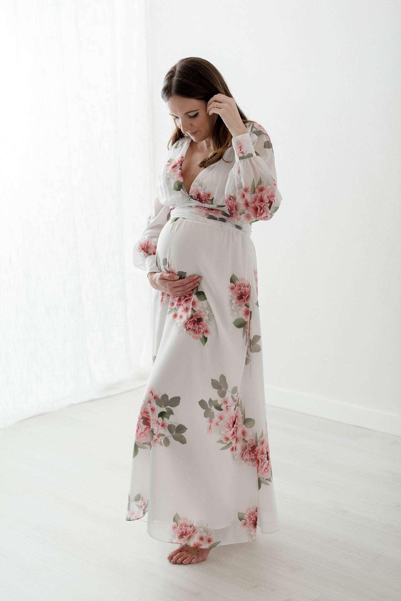 Fotografia donna incinta in abito a fiori realizzata da Barbara Trincone Fotografo specializzato in Gravidanza, Maternità, Genitorialità, Nascita e Newborn a Napoli