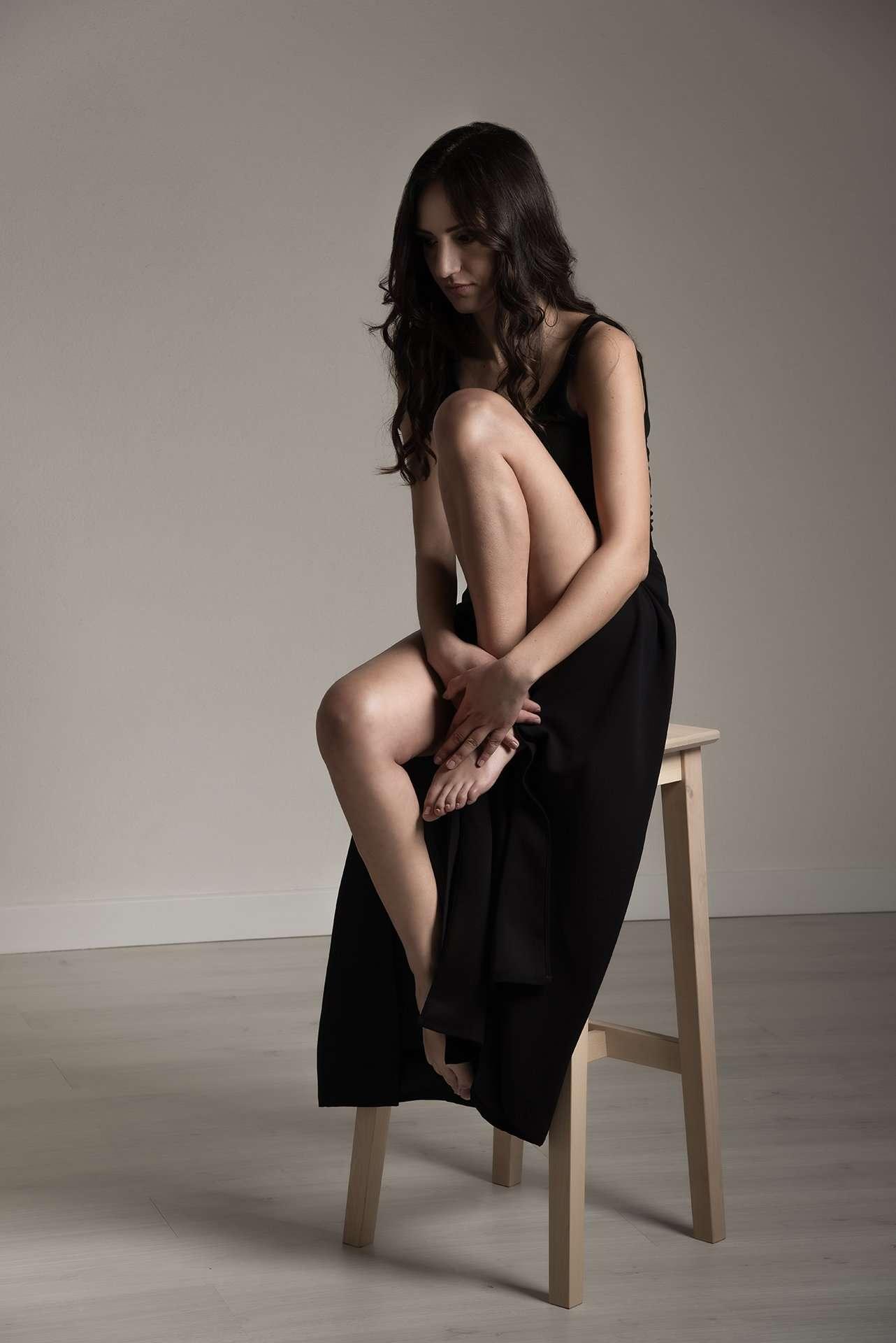 Fotografia donna su sgabello di Barbara Trincone fashion photographer di Napoli che offre servizi di moda, book per modelli e attori, ritratti glamour, fitness.