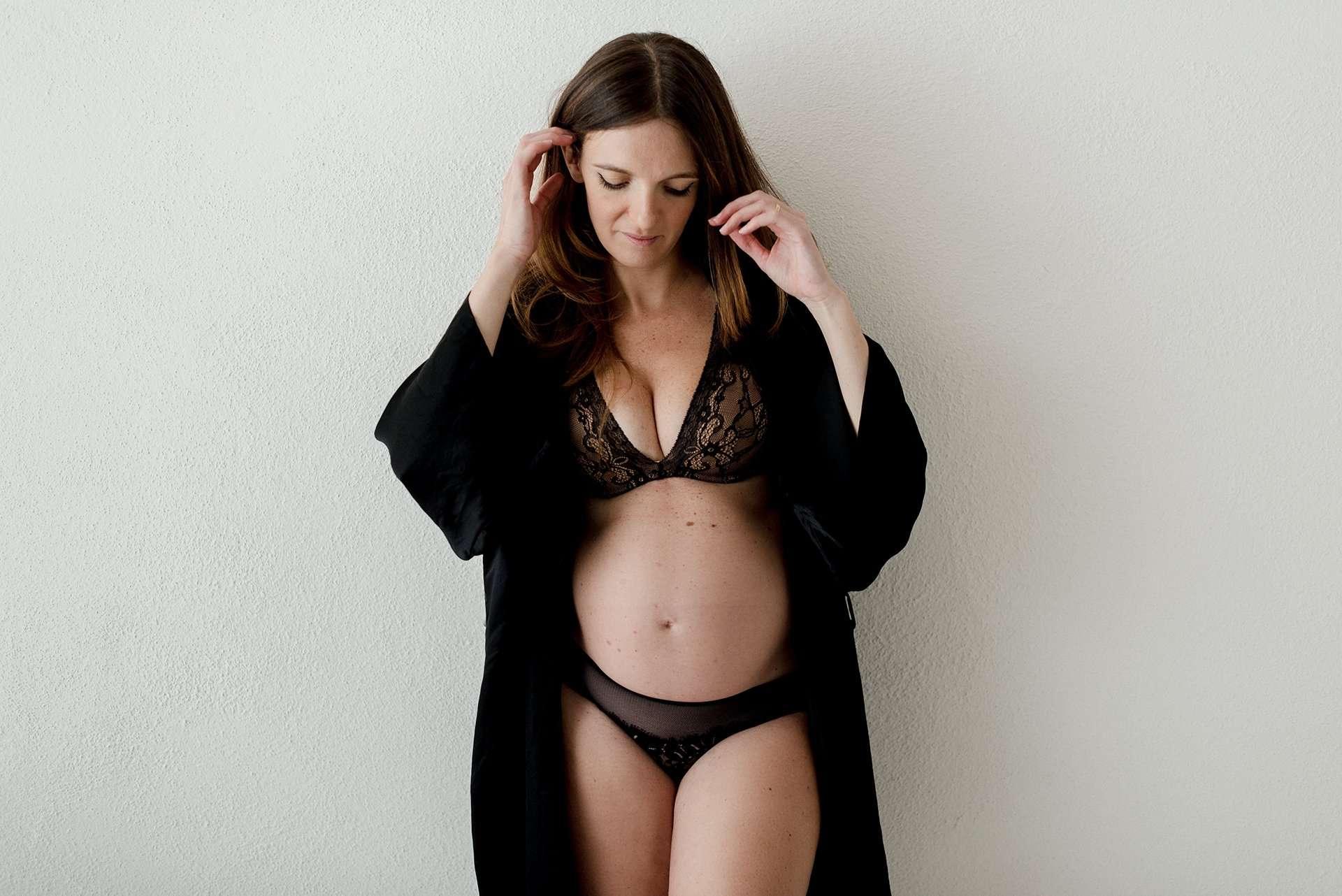 Fotografia frontale donna incinta realizzata da Barbara Trincone Fotografo specializzato in Gravidanza, Maternità, Genitorialità, Nascita e Newborn a Napoli