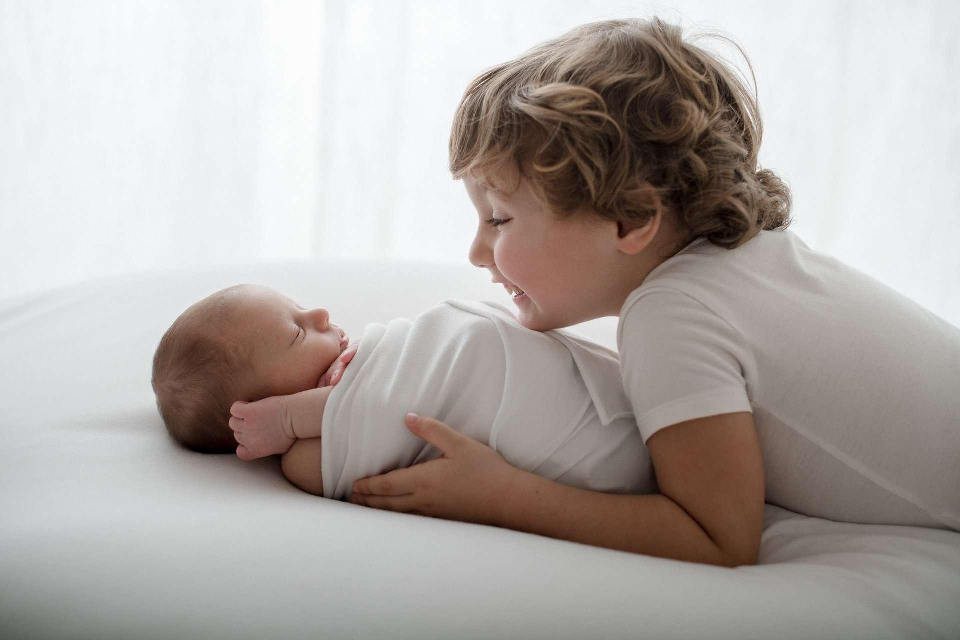 Fotografia newborn fratelli innamorati