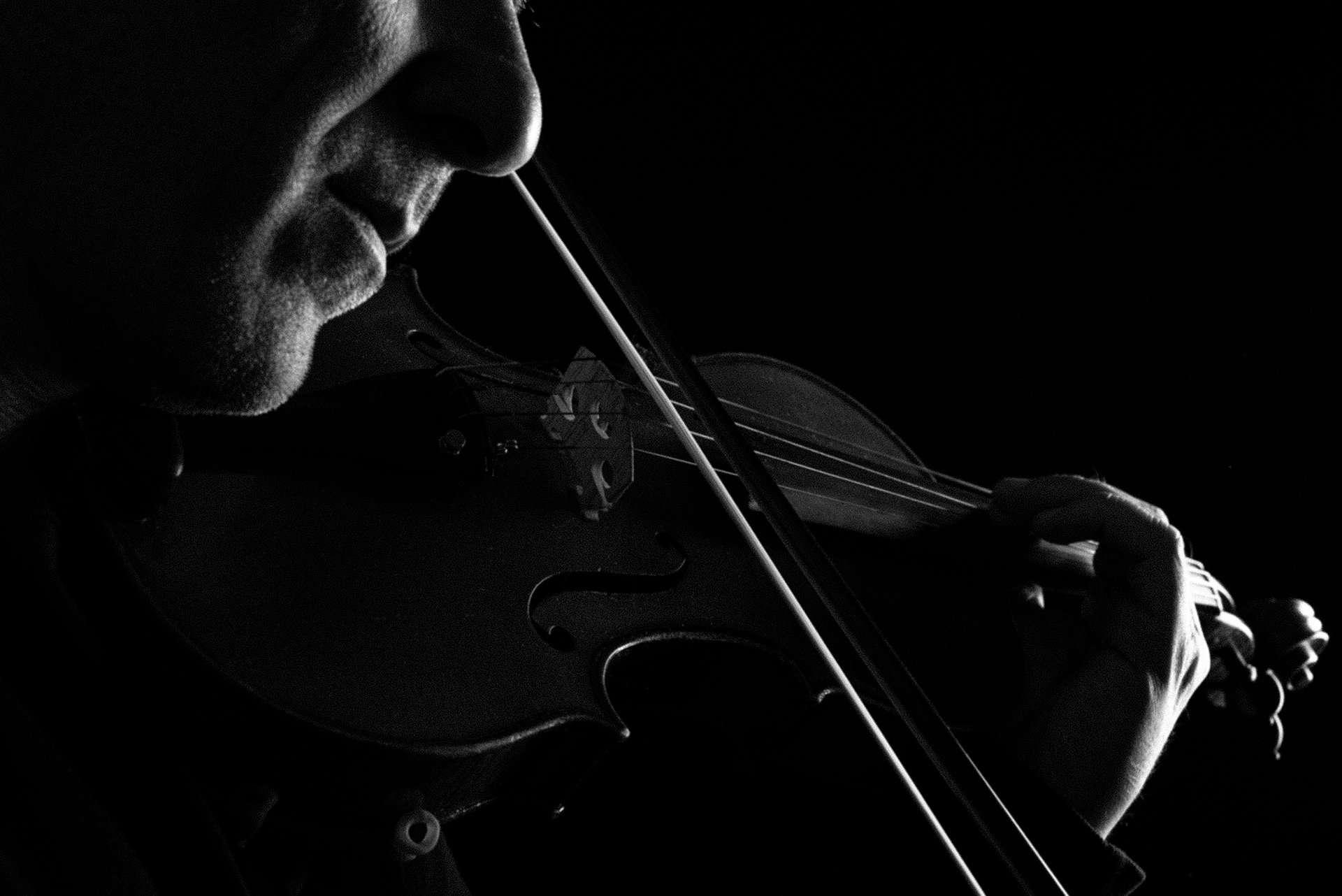 Fotografia violino elettrico di Barbara Trincone Fotografo professionista a Napoli specializzata in fotografia musicale, ritratti per artisti, gruppi, attori, cantanti, musicisti e performer