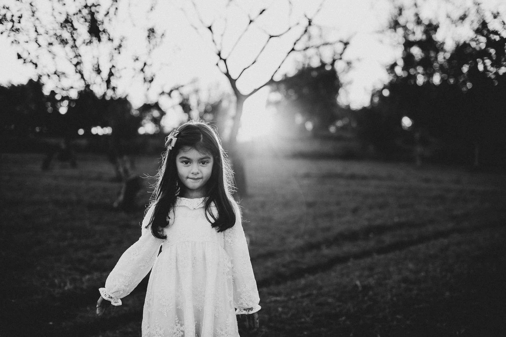 Fotografia bambina bianco e nero nei campi realizzata da Barbara Trincone Fotografo specializzato in Gravidanza, Maternità, Genitorialità, Nascita e Newborn a Napoli