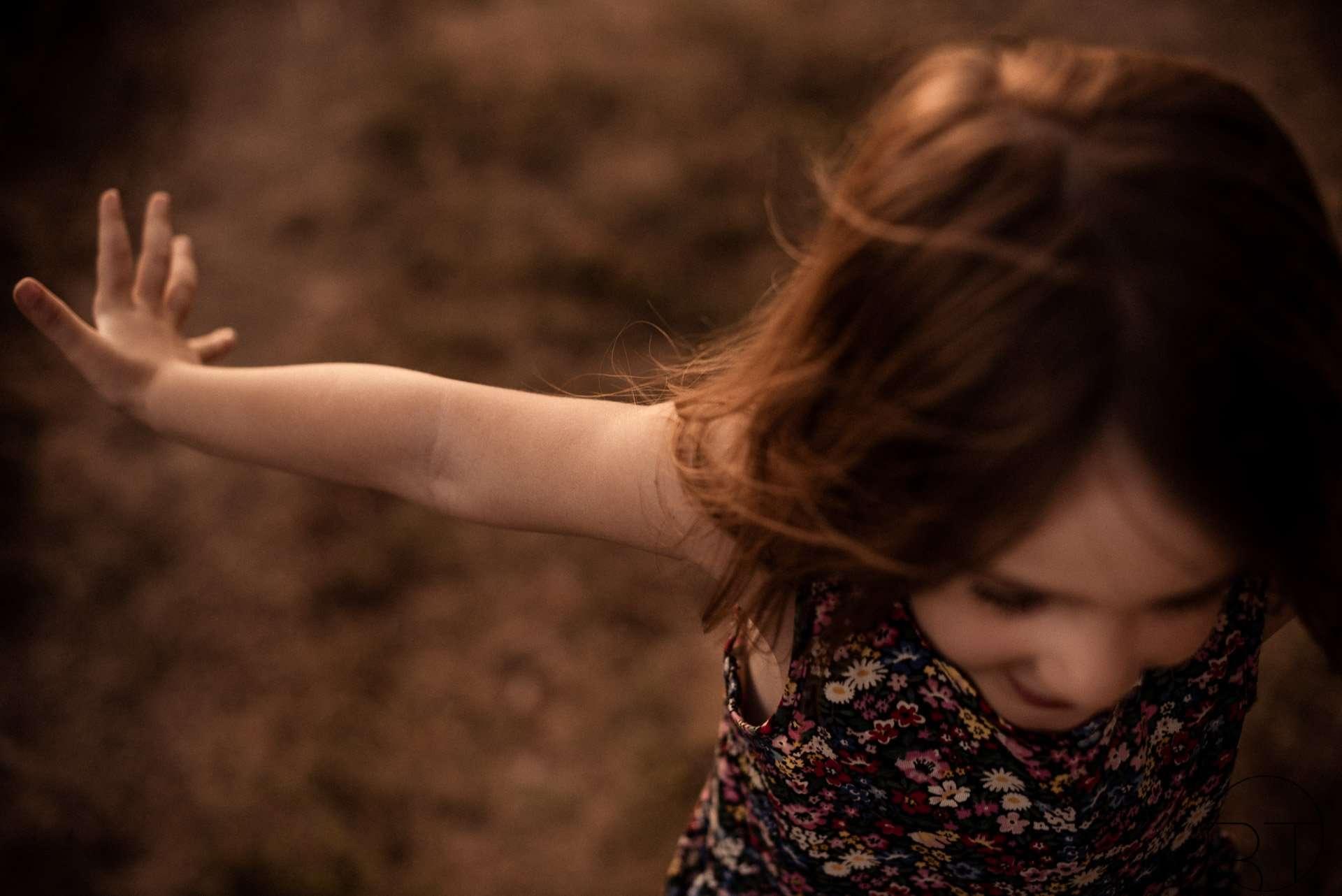 Fotografia bambina che corre realizzata da Barbara Trincone Fotografo specializzato ritratti di famiglia, family session a Napoli, Salerno, Avellino, Caserta
