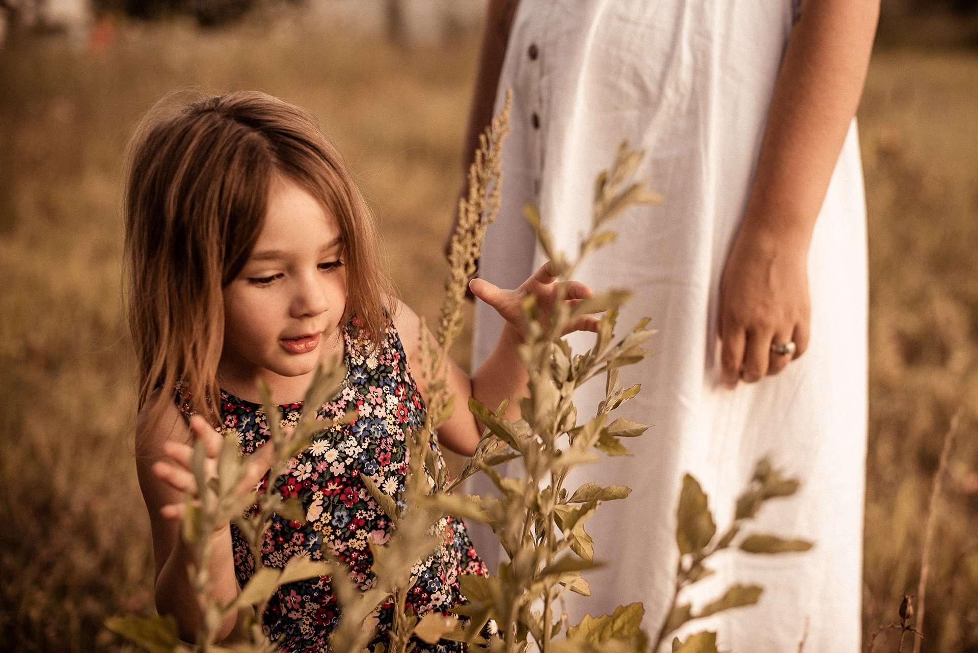 Fotografia bambina con albero realizzata da Barbara Trincone Fotografo specializzato ritratti di famiglia, famili session a Napoli, Salerno, Avellino, Caserta