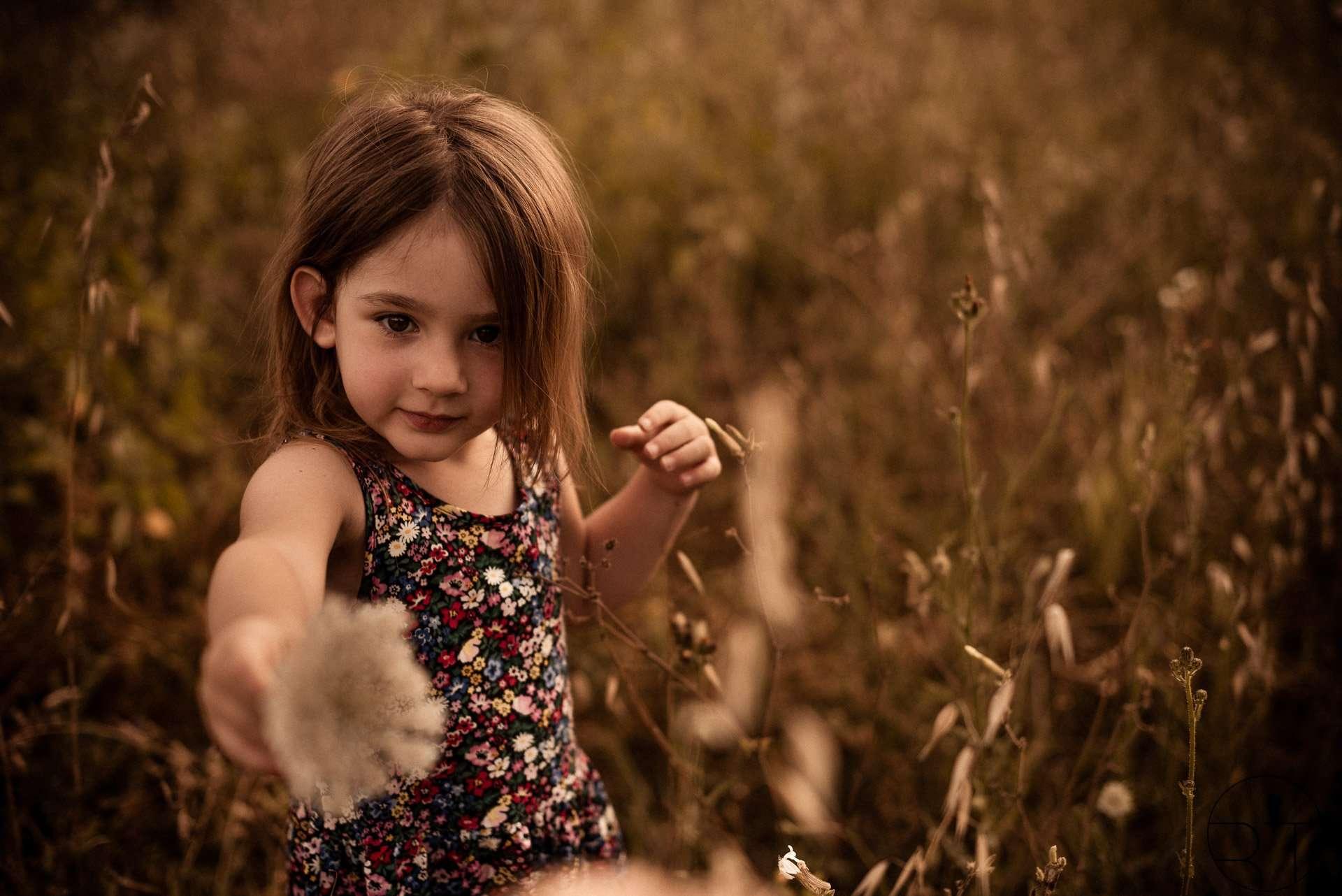 Fotografia bambina trai i campi nel parco archeologico di Cuma