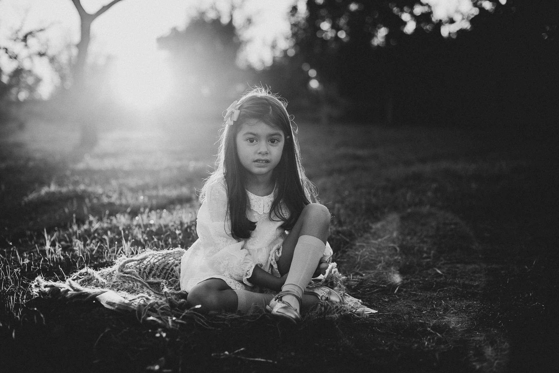 Fotografia bnw bambina in abito bianco realizzata da Barbara Trincone Fotografo specializzato in Gravidanza, Maternità, Genitorialità, Nascita e Newborn a Napoli