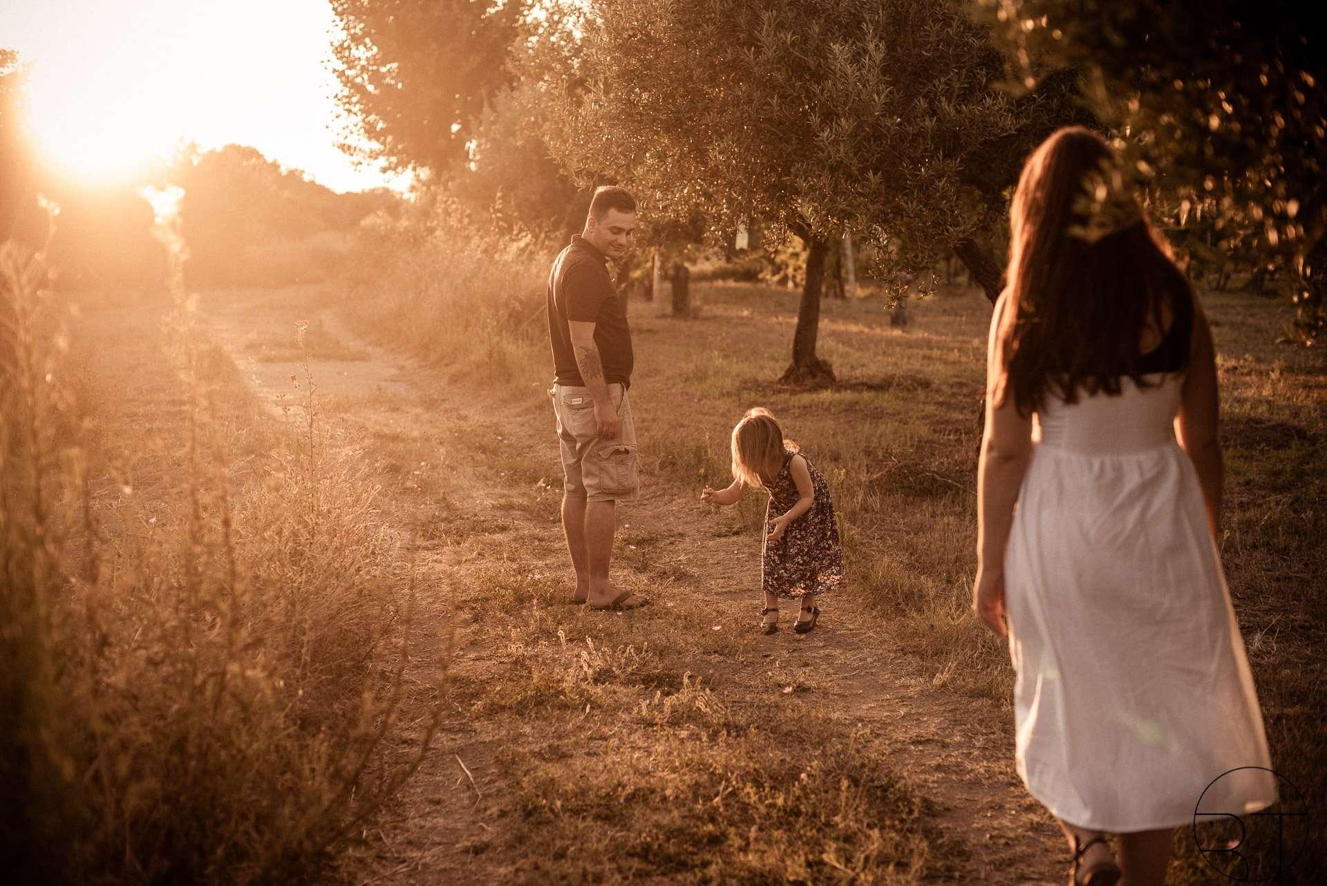 Fotografia famiglia al tramonto nel parco archeologico di Cuma realizzata da Barbara Trincone Fotografo specializzato ritratti di famiglia a Napoli, Salerno, Avellino, Caserta