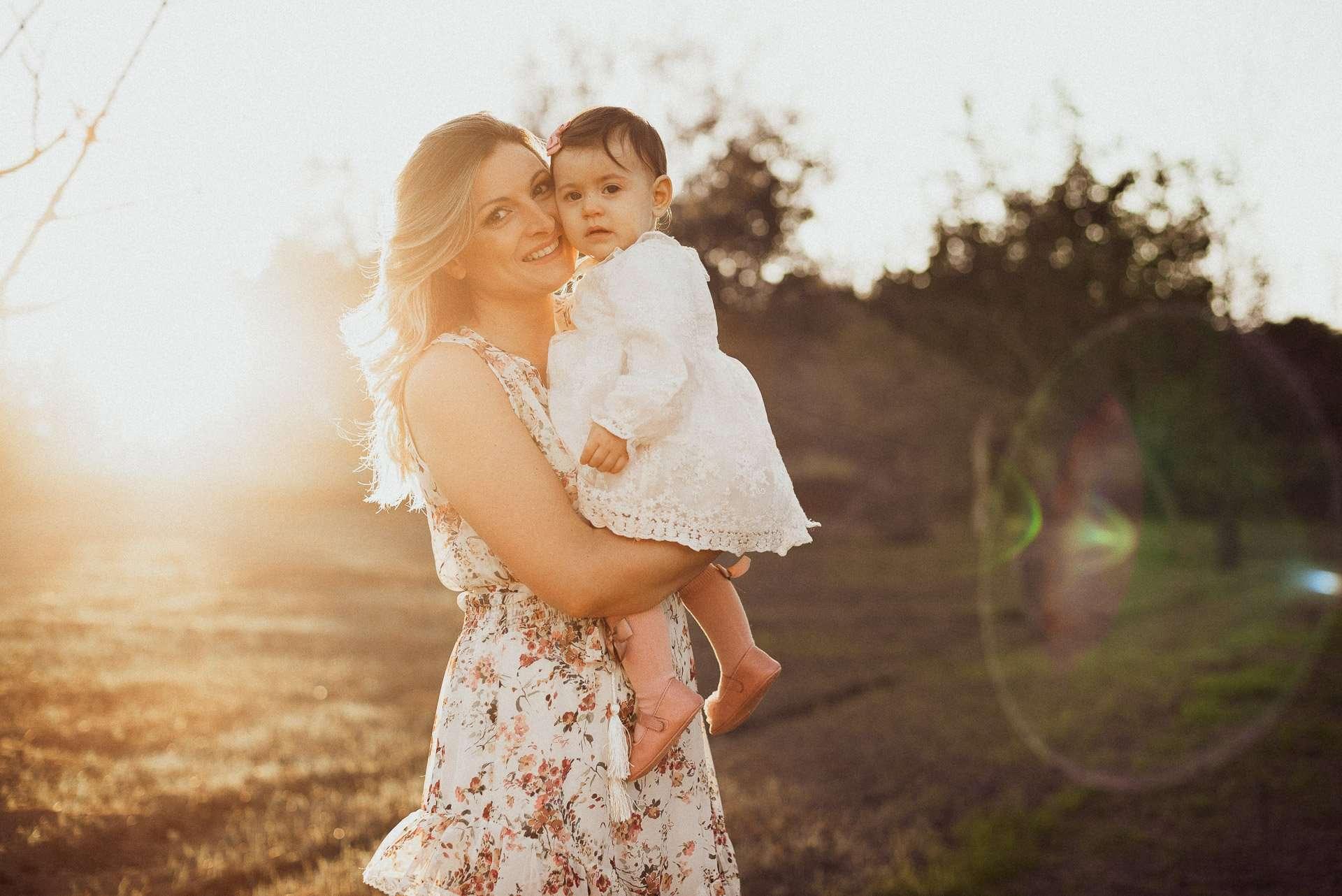 Fotografia mamma e figlia al tramonto