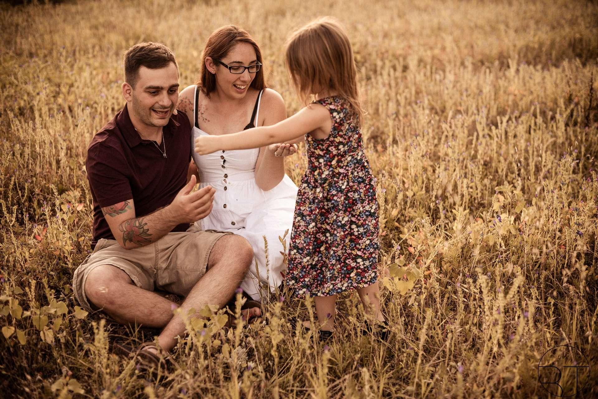 Fotografia mamma figlia papà in family session realizzata da Barbara Trincone Fotografo specializzato ritratti di famiglia a Napoli, Salerno, Avellino, Caserta