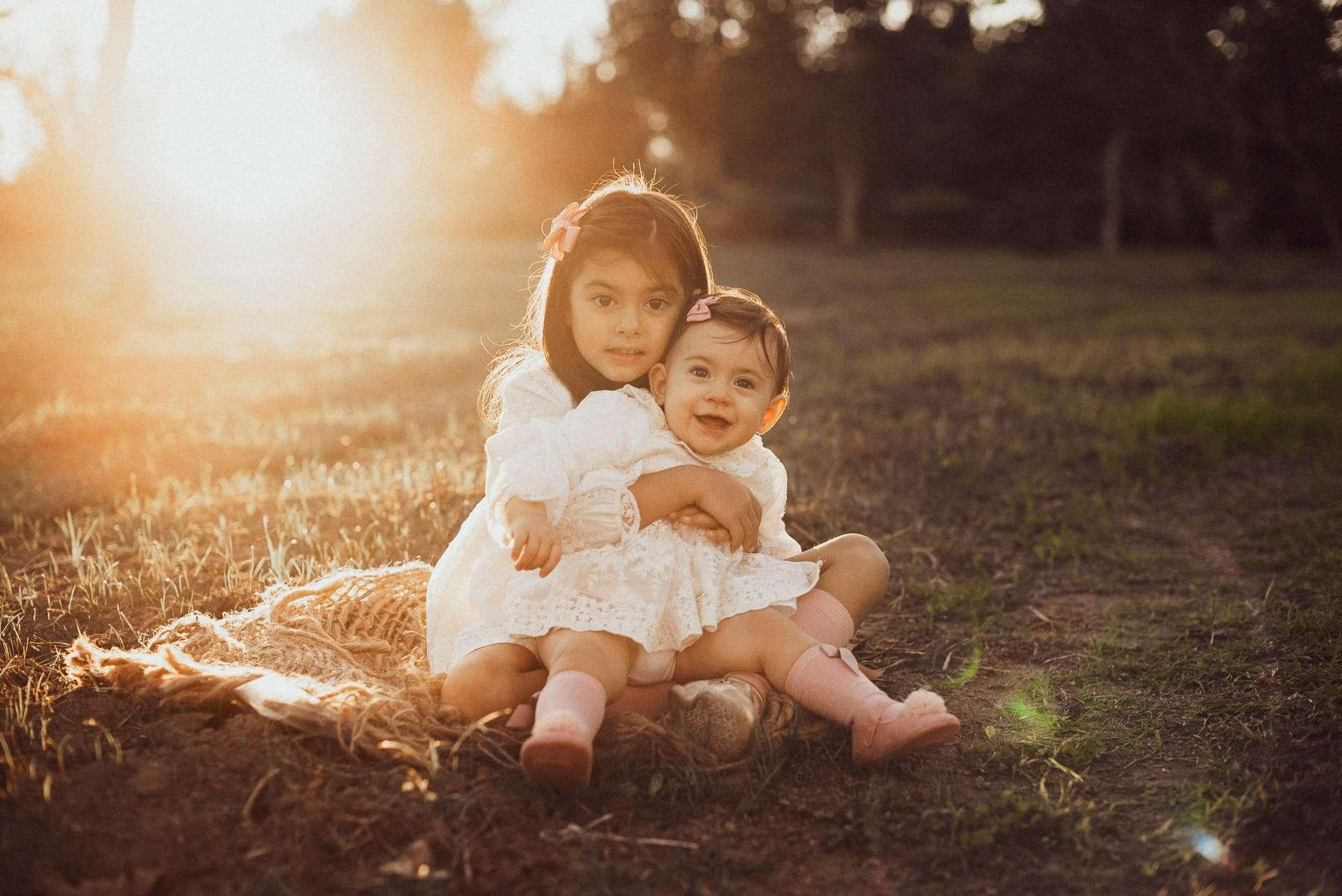 Fotografia sorelle nei campi