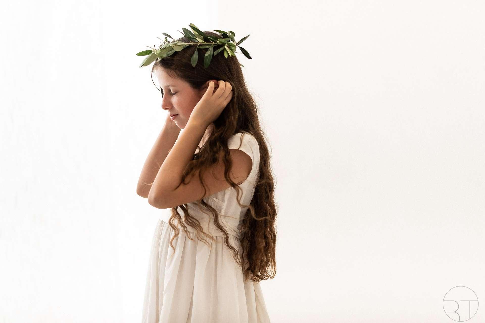 Ragazza con corona di ulivo