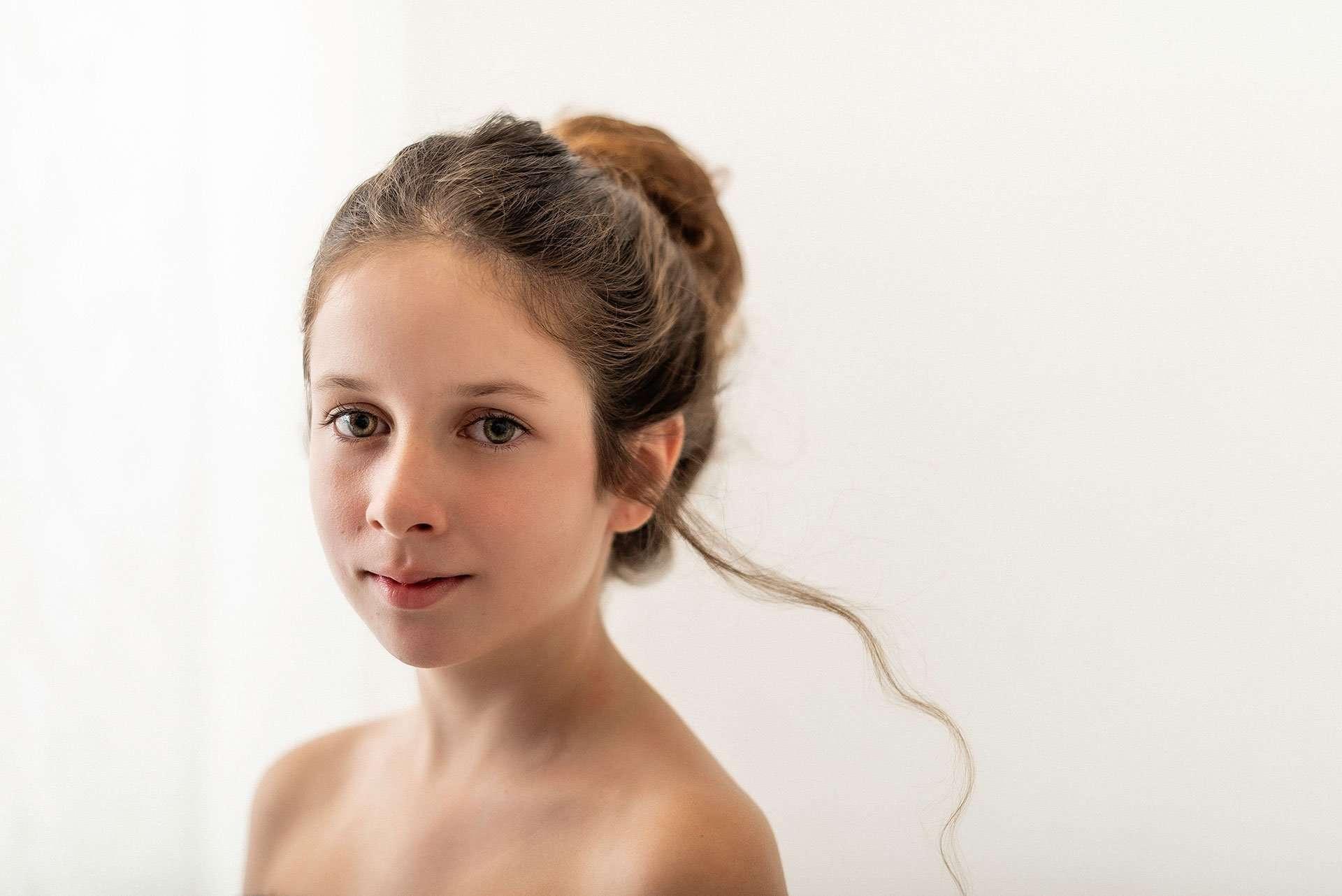 Ritratto ragazza con capelli al vento