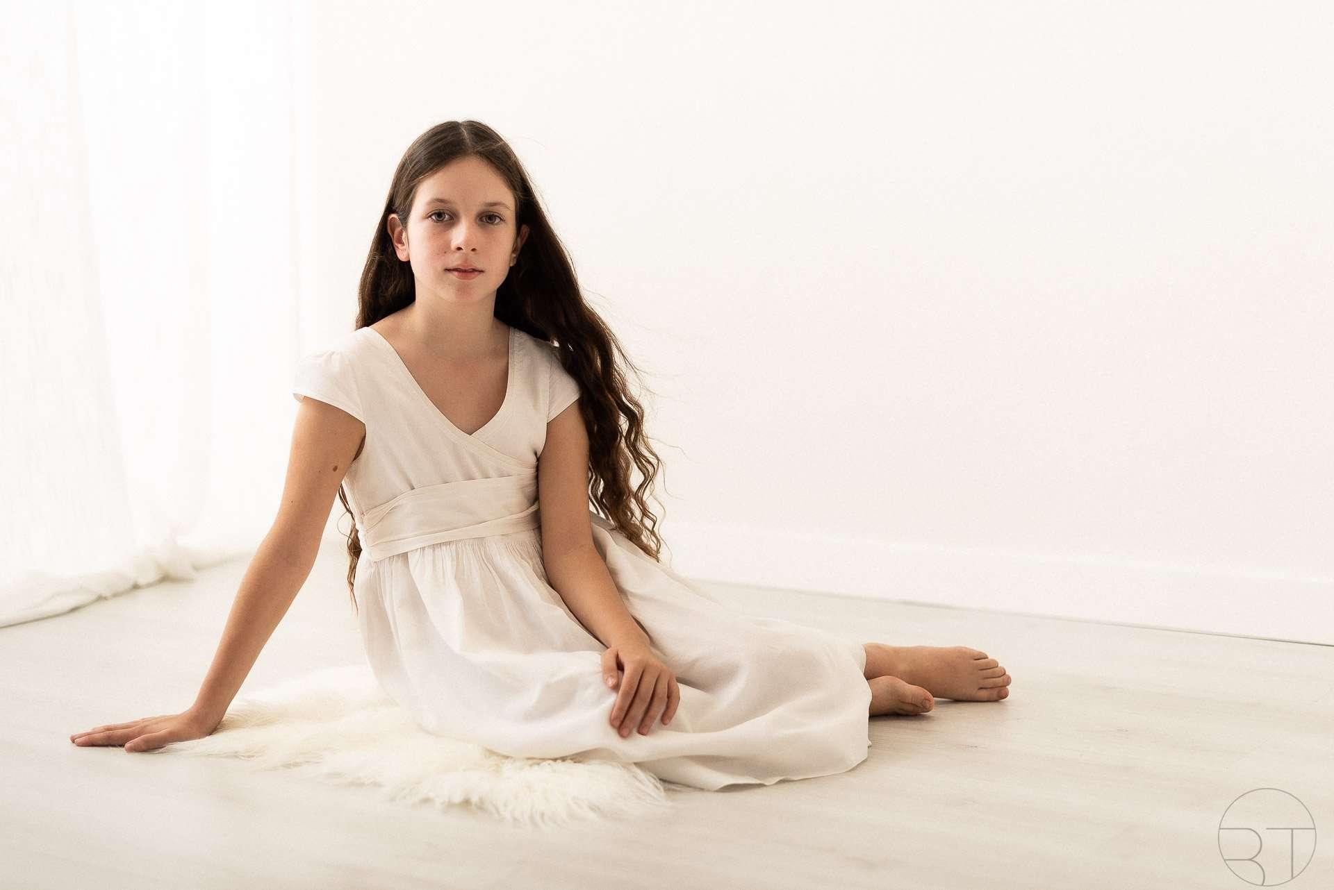 Ritratto ragazza in bianco con capelli lunghi